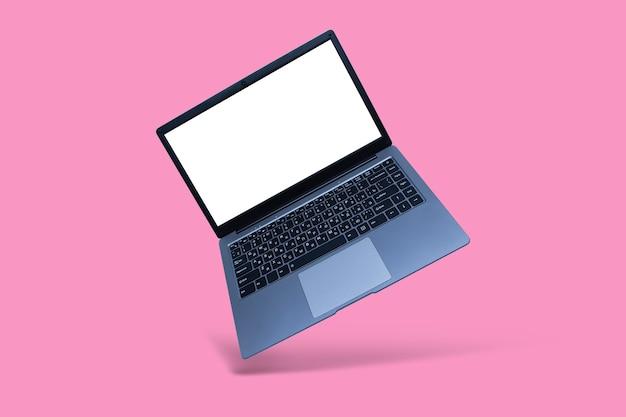 Тонкий современный ноутбук с макетом белого экрана на розовом фоне с тенью. Premium Фотографии