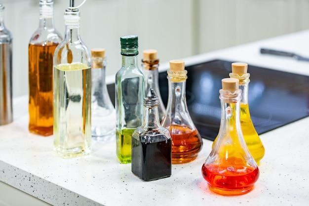 キッチンのフレーバーオリーブオイルとバルサミコ酢の小さなボトルコピースペース。 Premium写真
