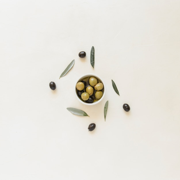 Small bowl with olives and leaves Free Photo