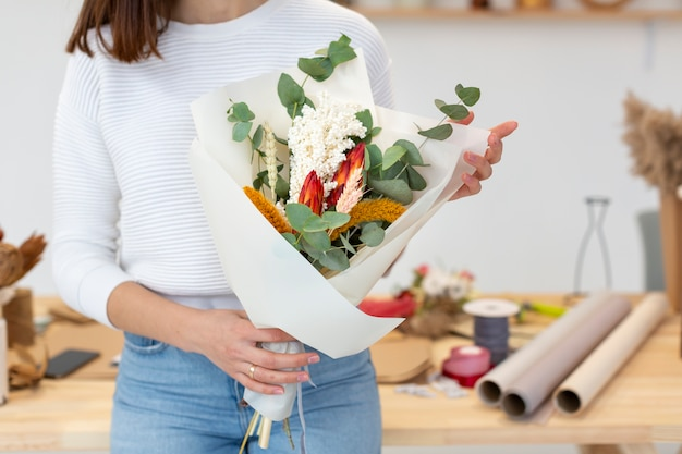 Small business entrepreneur person and bouquet of flowers Free Photo