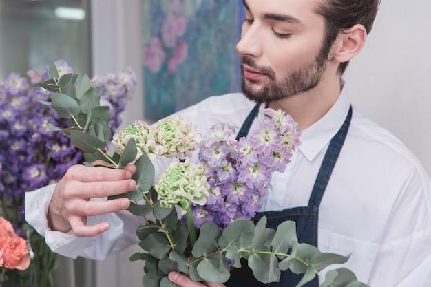 중소기업. 꽃집에서 남성 꽃집. 장식 및 준비 무료 사진
