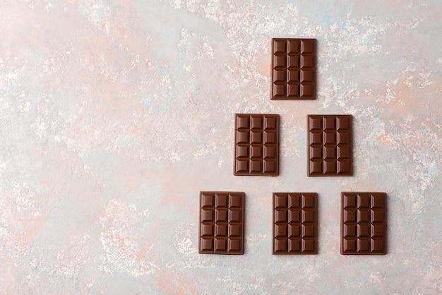明るい背景に小さなチョコレートバー Premium写真