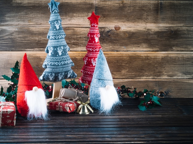 Small christmas elves with gift boxes Free Photo