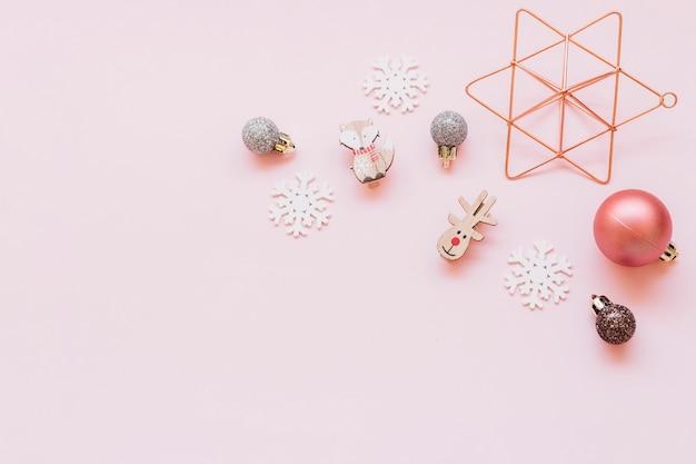 테이블에 작은 크리스마스 장난감 프리미엄 사진