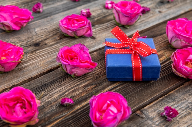 Small cute gift with pink roses Free Photo