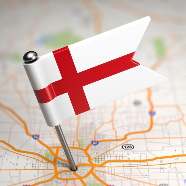 選択的な焦点と地図の背景にイギリスの小さな旗。 Premium写真