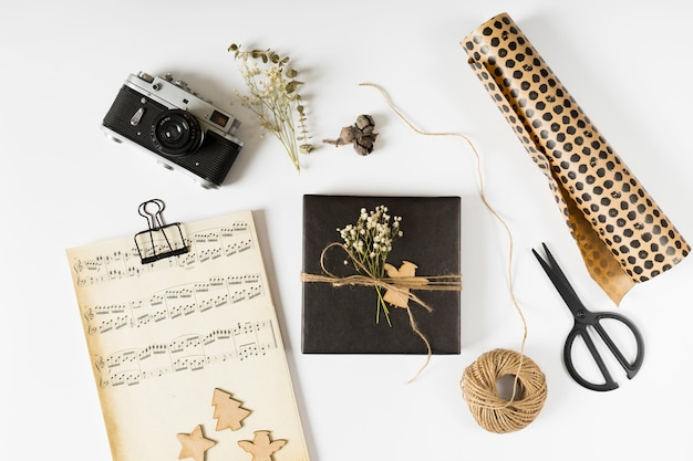 Small gift box with music notes on paper Free Photo