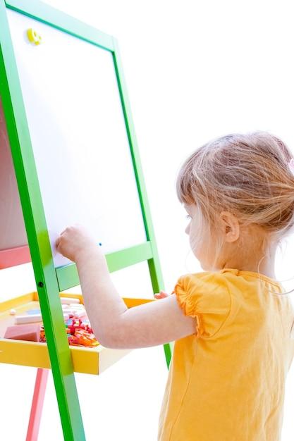 흰색 바탕에 그림 작은 소녀 프리미엄 사진
