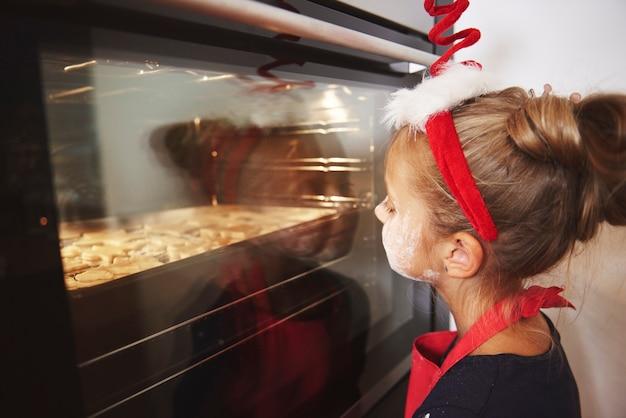 クッキーを待っている小さな女の子 無料写真