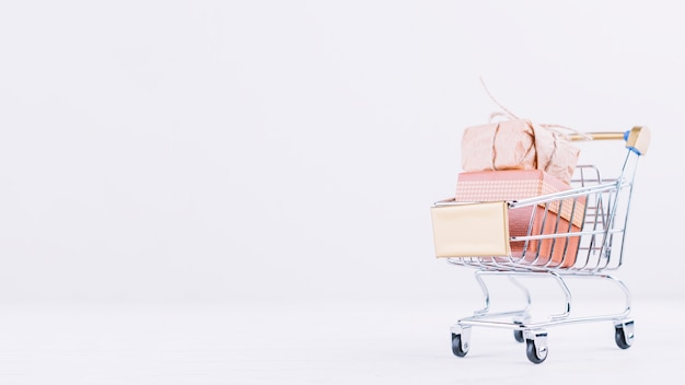 Small grocery cart with gift box Free Photo