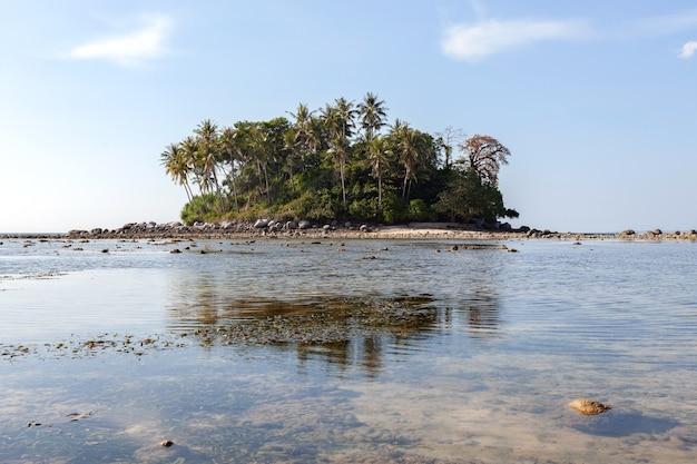 自然の背景に青い海と青い空の背景画像の小さな島 Premium写真