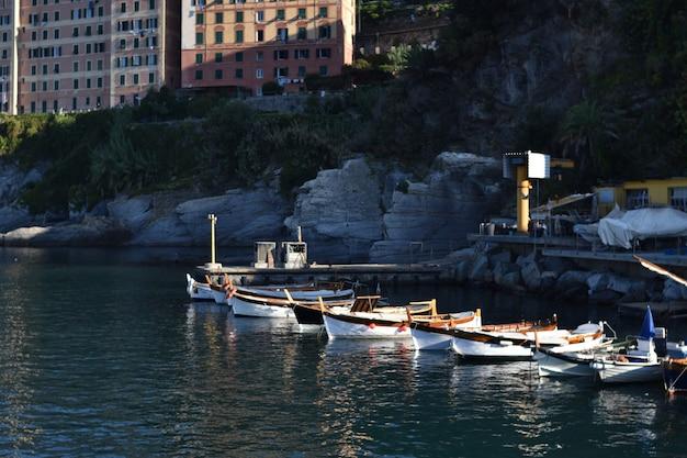 Небольшой морской порт в камольи Premium Фотографии
