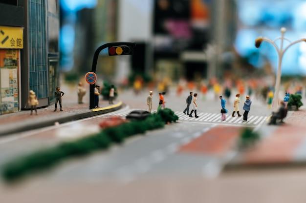 小さな人々または小さな人々は多くの道を歩いています。 無料写真