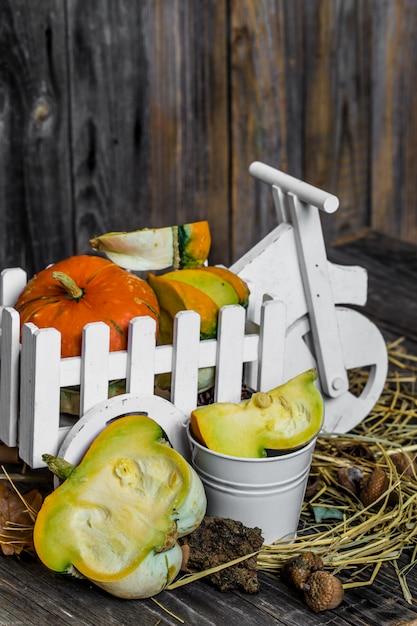 木製の背景、秋に小さなカボチャ 無料写真
