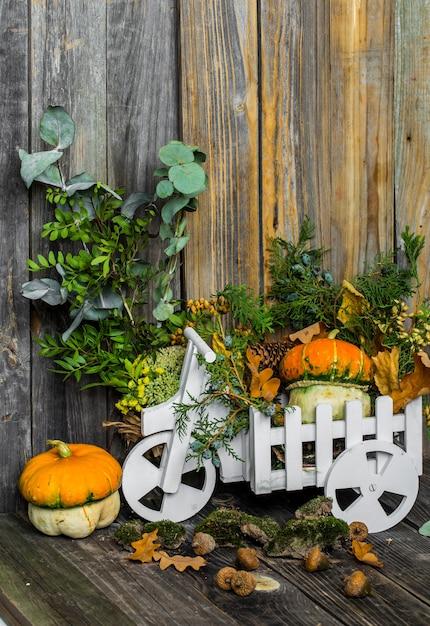 Маленькая тыква на деревянной стене, осень Бесплатные Фотографии