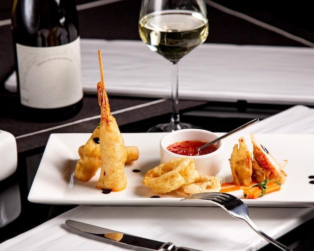 シーフードスターターの小皿料理、カリカリ揚げエビのイカと甘いチリソース 無料写真