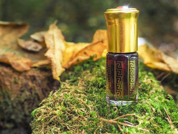 Маленькая нераскрытая бутылка с содержимым Premium Фотографии
