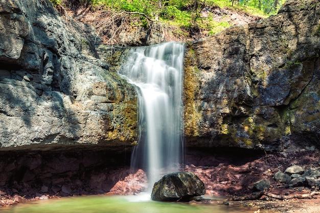 Небольшой водопад в лесу недалеко от владивостока, россия Premium Фотографии
