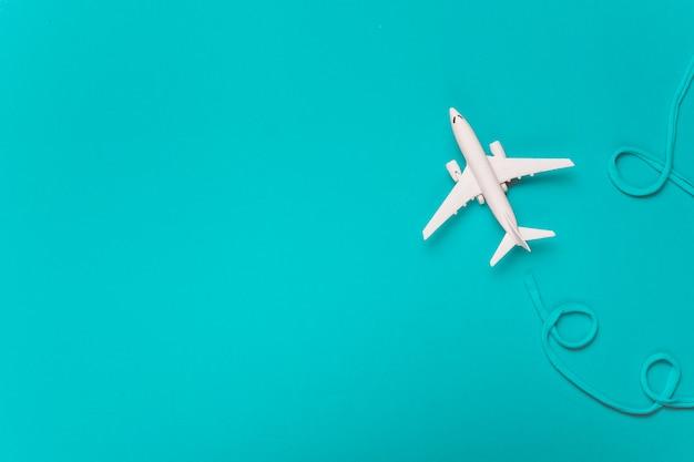 青い綿の航空会社を作る小さな白い飛行機 無料写真