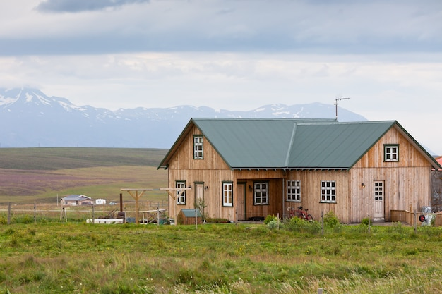 Small wooden cottage in iceland landscape Premium Photo