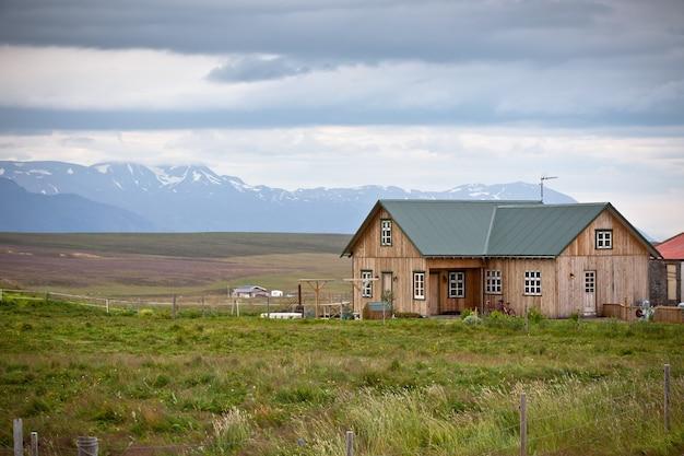 アイスランドの風景の中の小さな木造コテージ Premium写真