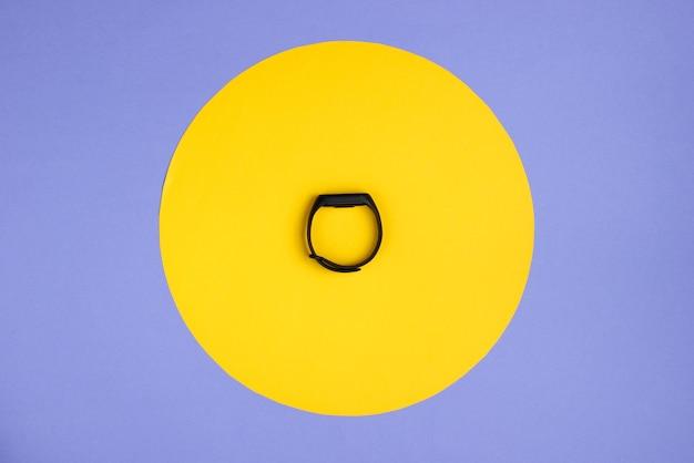 黄色の円が付いた紫色のスマートブレスレット Premium写真