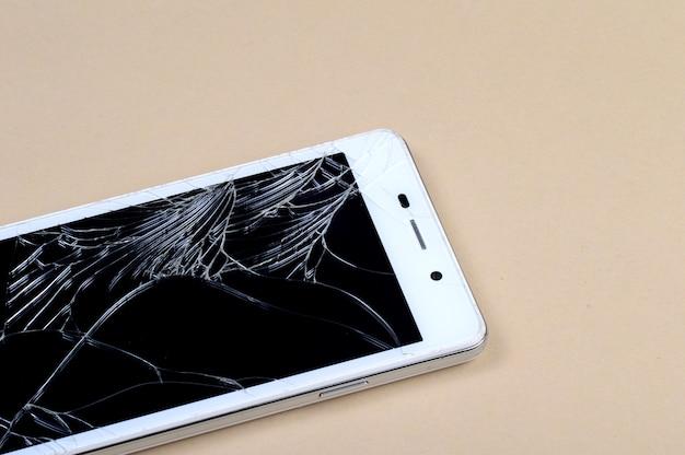 Смартфон с разбитым экраном Premium Фотографии