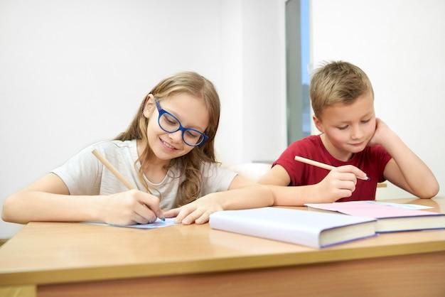 教室に座って学校でテストを行う賢い生徒 Premium写真