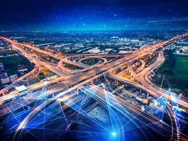 道路上の将来の自動車交通のためのスマート輸送技術コンセプト Premium写真