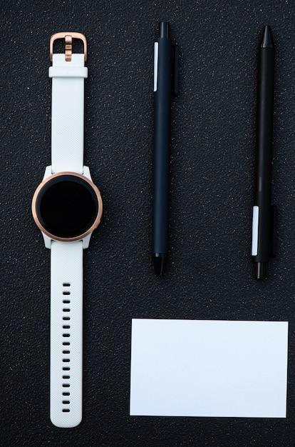 Умные часы и умная ручка на черном фоне Premium Фотографии