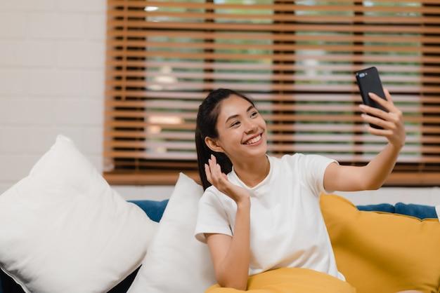 Молодая азиатская женщина подростка используя smartphone видеоконференцию smartphone Бесплатные Фотографии