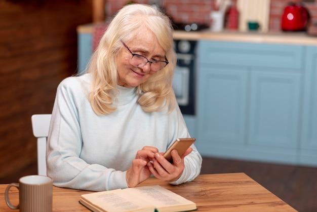 Женщина высокого угла используя smartphone Бесплатные Фотографии