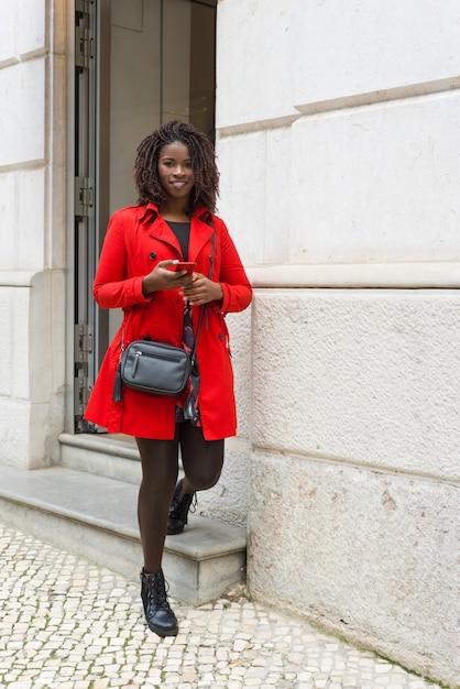 Довольная женщина с смотреть smartphone Бесплатные Фотографии