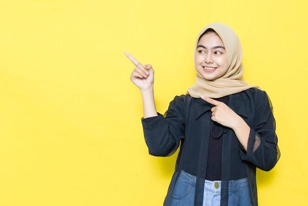 Улыбающееся лицо азиатки Premium Фотографии