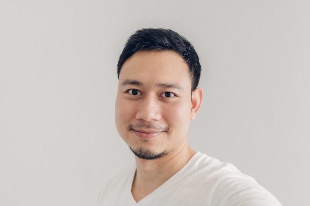 Smile man is taking selfie of himself with white t-shirt Premium Photo