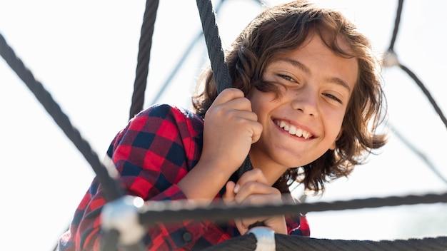 Улыбающийся мальчик играет на улице со своими родителями Бесплатные Фотографии