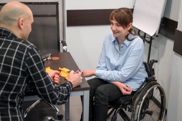 車椅子のスマイリー実業家 無料写真