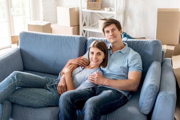 Смайлик пара на диване, собирая вещи, чтобы съехать Бесплатные Фотографии