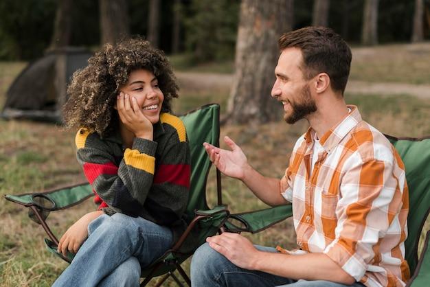 Смайлик пара проводит время вместе на улице Premium Фотографии