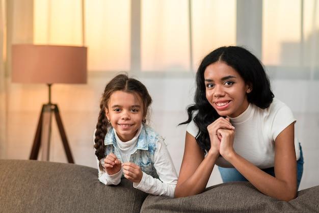 Смайлик дочь и мама проводят время вместе Бесплатные Фотографии