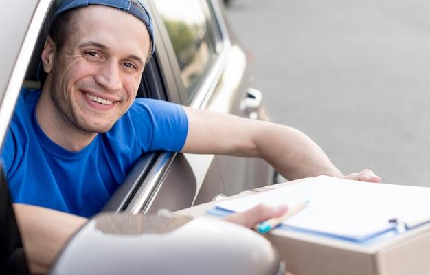 Смайлик курьер в машине Бесплатные Фотографии