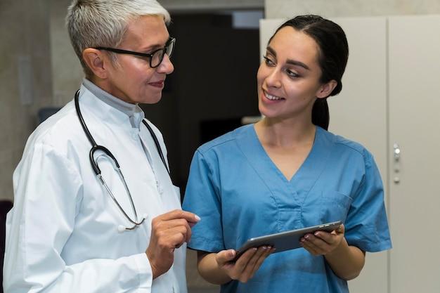 Смайлик доктор и медсестра разговаривают Бесплатные Фотографии