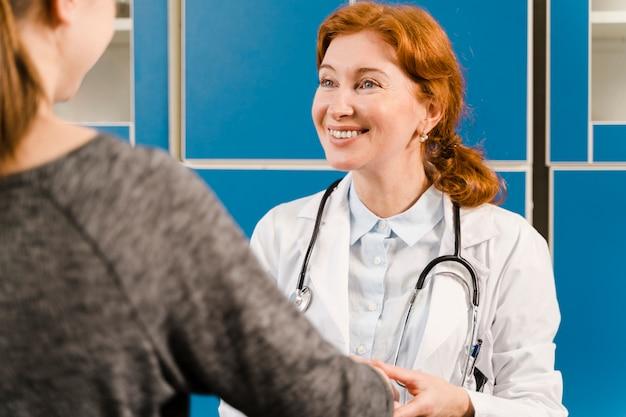 Faccina dottore guardando il paziente Foto Gratuite