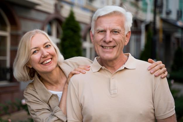 Смайлик старшая пара позирует вместе в городе Premium Фотографии
