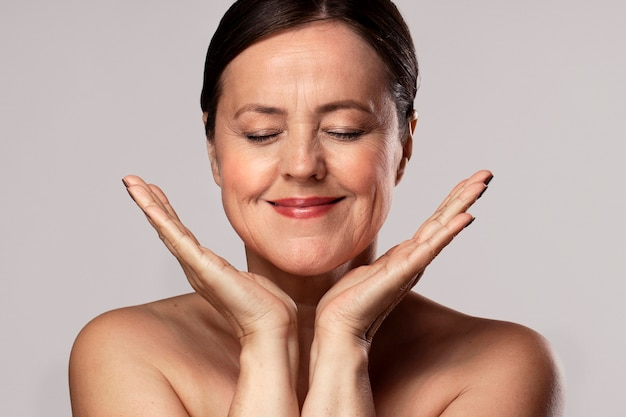 Смайлик старшая женщина с макияжем на подготовку к уходу за кожей Бесплатные Фотографии
