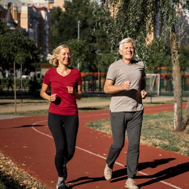 Смайлик пожилая пара, бег на открытом воздухе Premium Фотографии