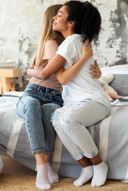 抱き合うスマイリー女友達 無料写真