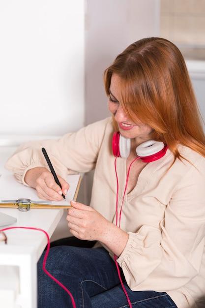 Insegnante femminile di smiley che tiene una classe in linea da casa Foto Gratuite