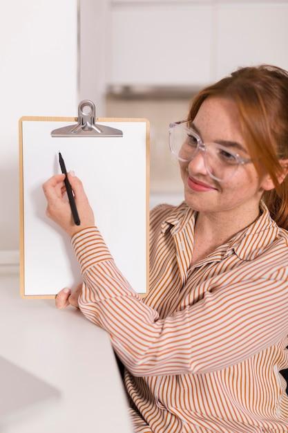 Insegnante femminile di smiley che mostra alla classe in linea la lezione Foto Gratuite
