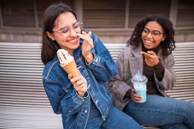 Улыбающиеся друзья веселятся на открытом воздухе Бесплатные Фотографии